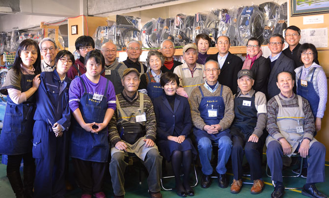 group photo with Akie Abe and volunteers